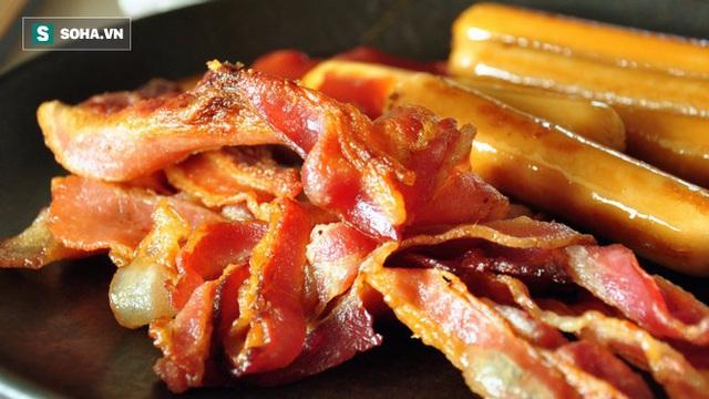 Thịt xông khói và xúc xích chứa nhiều natri.