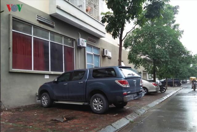 Ông Trần Việt Hà Phó Chủ tịch UBND quận Cầu Giấy khẳng định: Quận không cấp phép bất cứ bãi đỗ xe trên vỉa hè nào. UBND quận sẽ yêu cầu chính quyền địa phương kiểm tra xử lý các bãi đỗ xe trên vỉa hè ảnh hưởng đến cư dân.