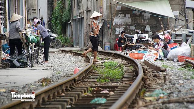 Đường sắt uốn cong đi vào khu dân cư gần phố Khâm Thiên.