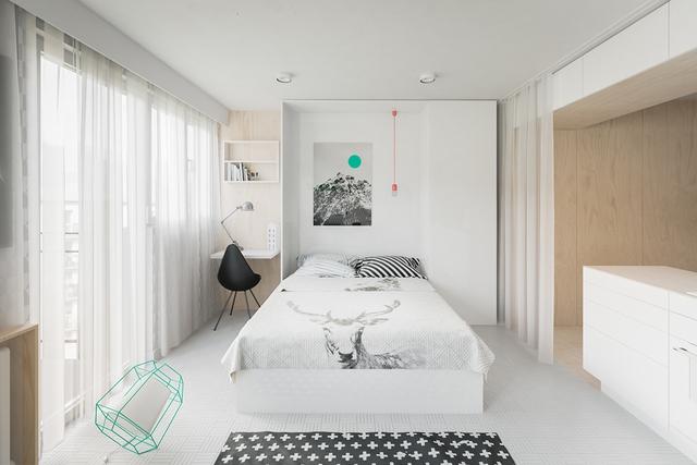 Các nhà thiết kế sử dụng kiểu giường gấp gọn vô cùng thông minh. Khi không cần nó có thể dễ dàng gấp gọn như một bức tường. Đây là giải pháp thông minh tuyệt đối dành cho những căn nhà chật hẹp. Vừa tiện dụng mà lại tạo cảm giác mới mẻ cho căn phòng.