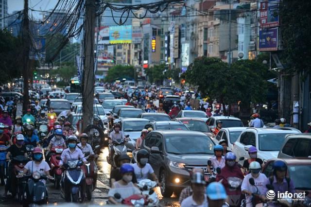 Luồng phương tiện giao thông hai chiều dày đặc khiến việc lưu thông qua đoạn thắt cổ chai này phát triển thành gặp khó.