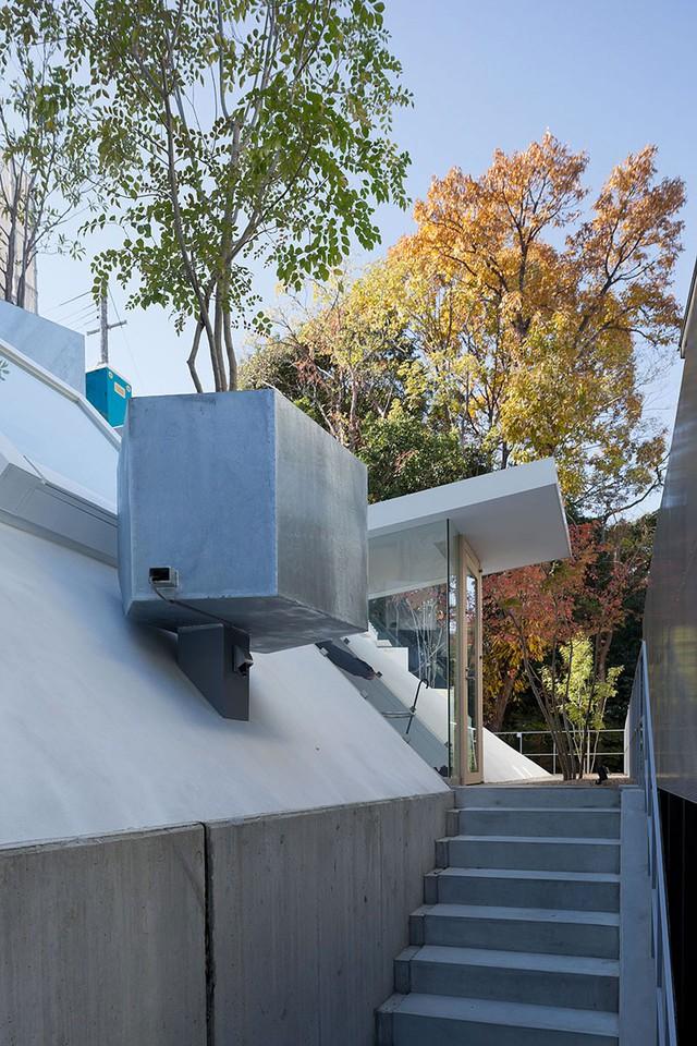 Lối vào nhà được kiến trúc đặc trưng hệt như đi vào trong 1 cửa hầm.