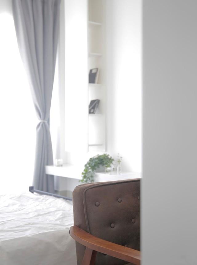 Nhờ cách bố trí không gian này mà mỗi sáng tỉnh dậy chủ sở hửu có thể hưởng trọn ngày mới, thư thái đâyn chào các tia nắng ấm áp nhất của bình minh ngay trên giường ngủ.