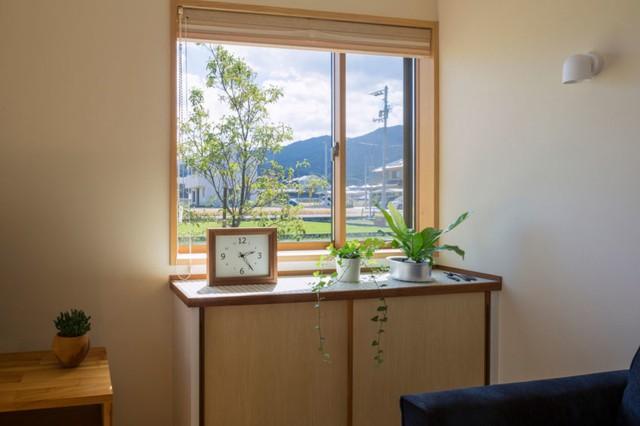 Nơi góc nhà là địa điểm để ti vi và 1 chiếc bàn nhỏ cạnh cửa sổ làm nơi để bố trí cây xanh tạo điểm nhấn cho ngôi nhà.