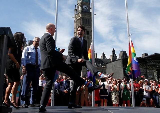 Đôi tất cờ lục sắc ông mang trong một sự kiện ủng hộ LGBT đã thể hiện rõ ràng quan điểm của vị thủ tướng này với tình yêu đồng giới.