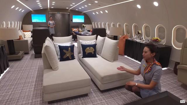 Phòng này có đủ tiện nghi cho 16 vị khách có một số ghế dài, ghế tựa, sofa và thậm chí có cả ghế bean bag.