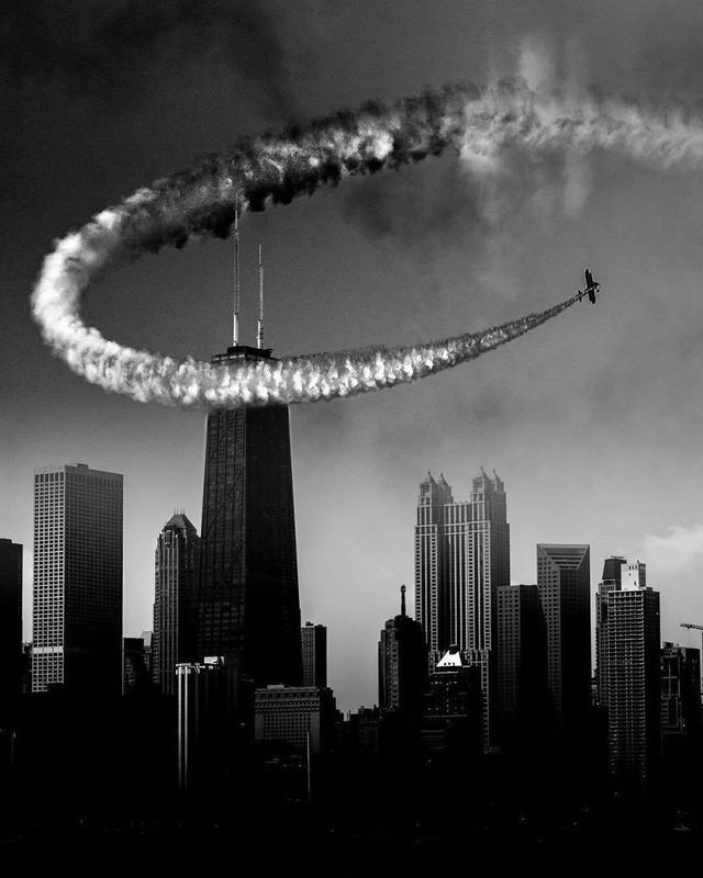 Một màn trình diễn máy bay trên bầu trời thành phố.