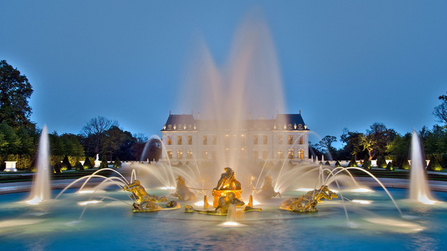 Đài phun nước phủ lá vàng trong vườn của Cung điện.