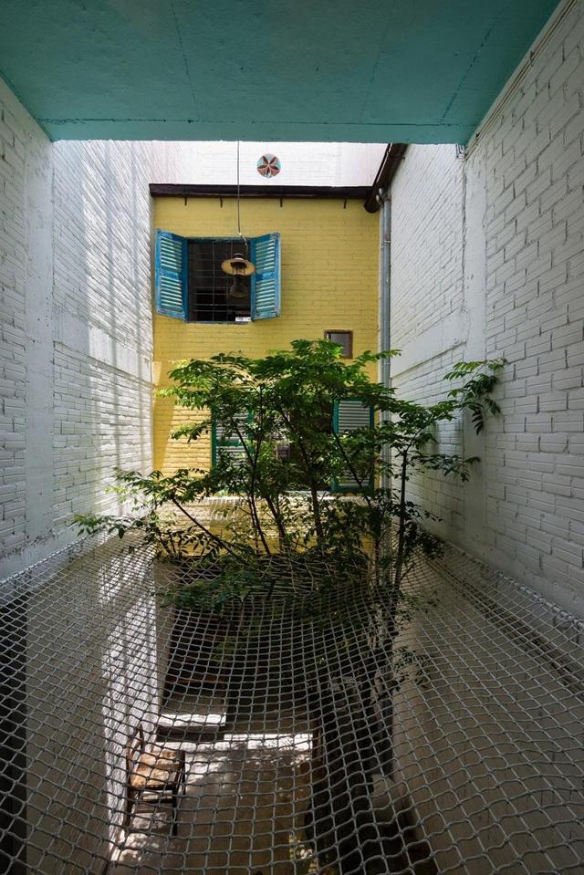 Tấm lưới đã được đan bện chắc chắn giữa sân trong, là nơi nằm thư giãn của các thành viên trong gia đình