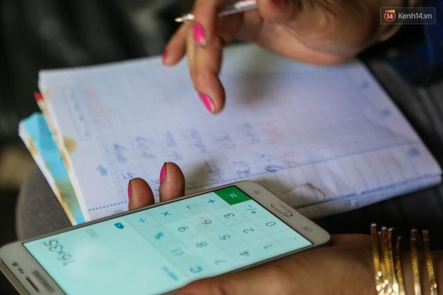 Chị vẫn chưa rành về phép nhân nên phải nhờ ứng dụng máy tính trên smartphone. Cũng nhờ điện thoại thông minh mà chị biết sử dụng Zalo, Facebook để trao đổi trong việc kinh doanh ve chai.