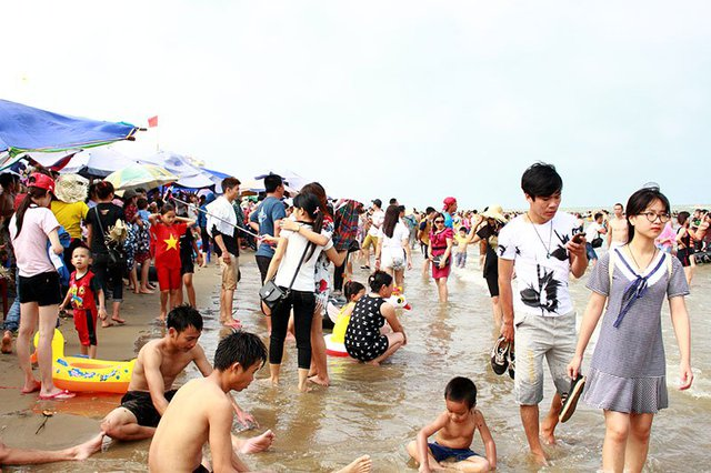 Du khách chia sẻ với nhau từng mét tại bãi biển sáng 1/5