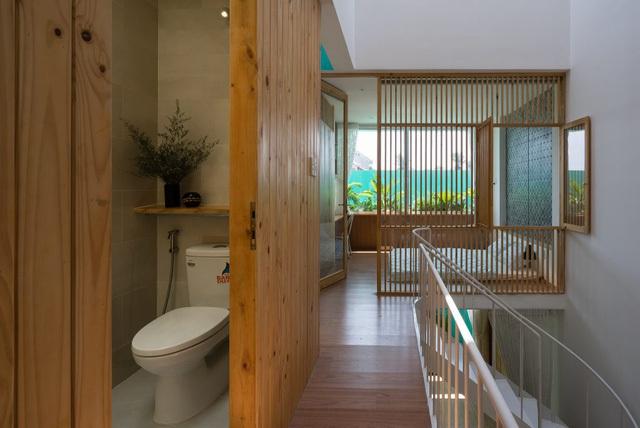 Nhà vệ sinh nhỏ được thiết kế đặc biệt ẩn mình trong một hệ tủ gỗ mang đến vẻ đẹp thanh lịch, kín đáo cho ngôi nhà.