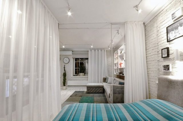 Dù nằm trong cộng 1 không gian có phòng khách nhưng góc nghỉ ngơi được kiến trúc khéo léo, riêng tư có bức tường kính và lớp rèm cửa màu trắng bao quanh.