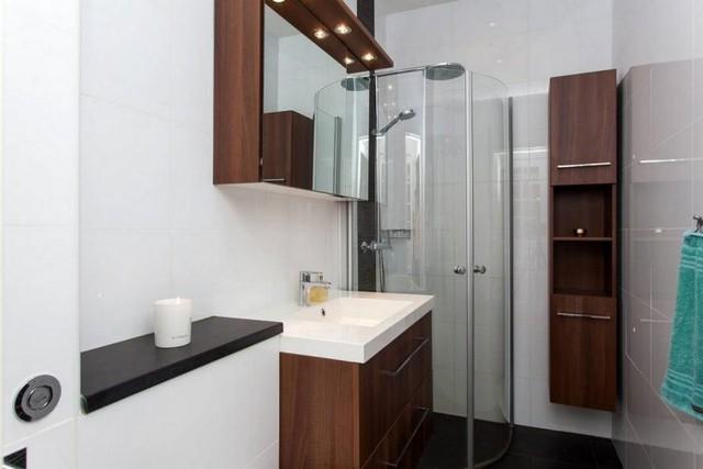 Đối diện là khu vệ sinh đẹp được kiến trúc rất tân tiến có phòng tắm đứng và một vài hệ thống tủ kệ được kiến trúc vừa vặn, tiện nghi.