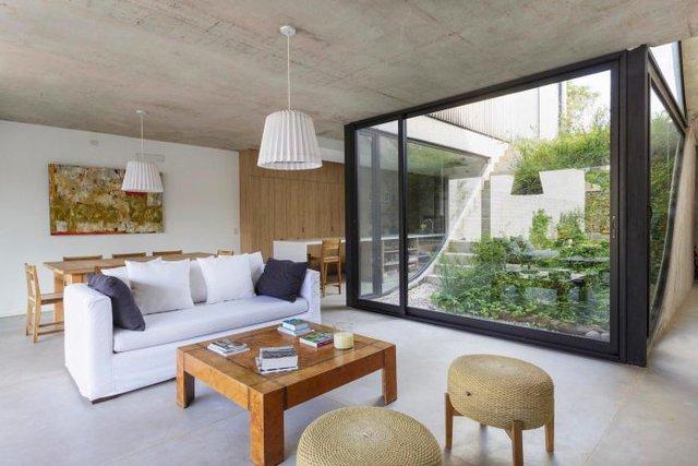 Không gian tầng 1 thoáng sáng có thiết kể mở của phòng khách và bếp ăn bao quanh khu vườn nhỏ trong nhà.