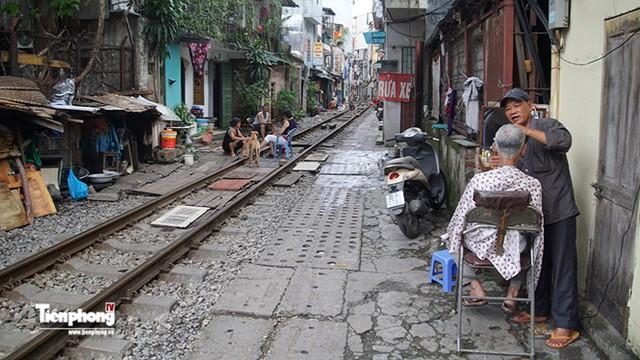 Nhà dân san sát có các con phố ray tàu hỏa là hình ảnh dễ thấy ở 1 số quận trọng điểm Hà Nội.