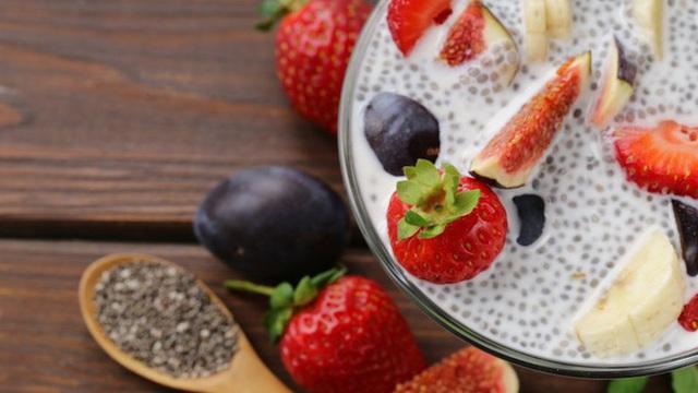 Morgan Perry, người sáng lập Yoga Unwined ở New York, rất thích ăn bánh pudding hạt chia cho bữa sáng