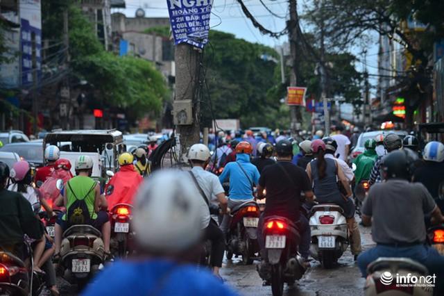 Người tham dự giao thông leo lên cả trên vỉa hè dành cho người tản bộ để dịch chuyển từng chút 1.
