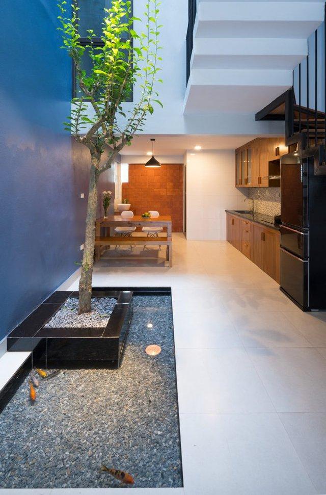 Trên mảnh đất qui mô 52m2, ngôi nhà được xây 3 tầng có không gian tầng 1 dành cho nơi để xe, phòng khách, bếp và khu vực ăn uống.
