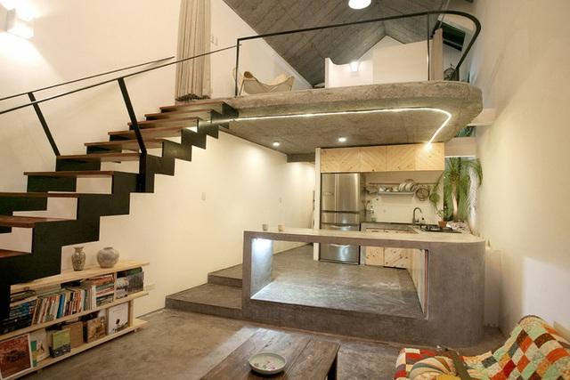 Bên trong ngôi nhà là cả 1 không gian rộng thoáng được kiến trúc có tầng lửng là nơi nghỉ ngơi của chủ nhà. Khu vực bên dưới được bố trí có góc tiếp khách, bếp và khu vệ sinh.