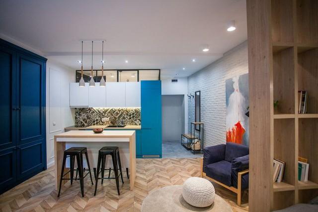 Bước vào căn hộ nơi đầu tiên mà mọi người nhìn thấy đó là khu vực nhà tắm. Góc nhỏ này được bố trí kín đáo bên trong cánh cửa rộng. Tiếp đến là khu vực của bếp, bàn ăn, nơi tiếp khách và cuối cùng là góc nghỉ ngơi.