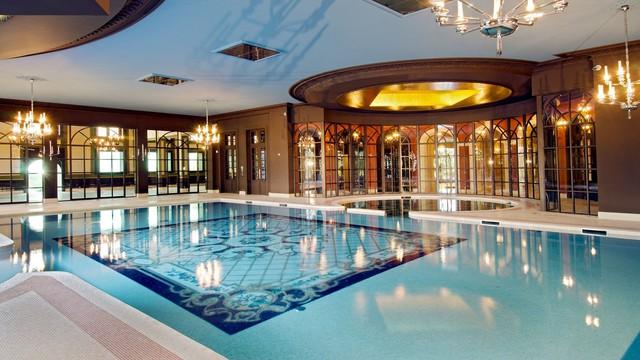 Cung điện có các hồ bơi trong nhà và ngoài trời, rạp chiếu phim, sân quần vợt, hai phòng khiêu vũ và một hộp đêm.