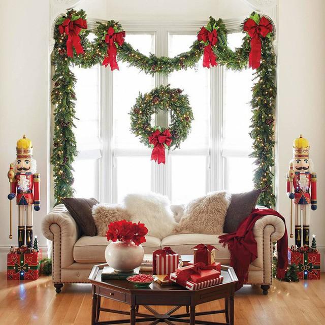 Sắc đỏ của những gói quà, hoa và nơ cùng ánh sáng của đèn led cũng tạo cho không gian ngôi nhà bầu không khí ấm áp.
