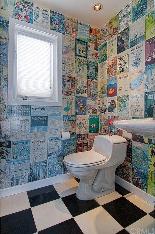 Khu vệ sinh được trang trí ấn tượng với hình ảnh của những tờ báo.