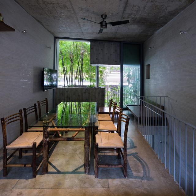 Không gian ăn uống thiết kế đơn giản mà đẹp với bộ bàn ghế bằng tre.