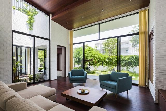 Các không gian nội thất của ngôi nhà được sắp xếp và phân bổ dọc theo những nhịp bậc thang trên mái nhà.