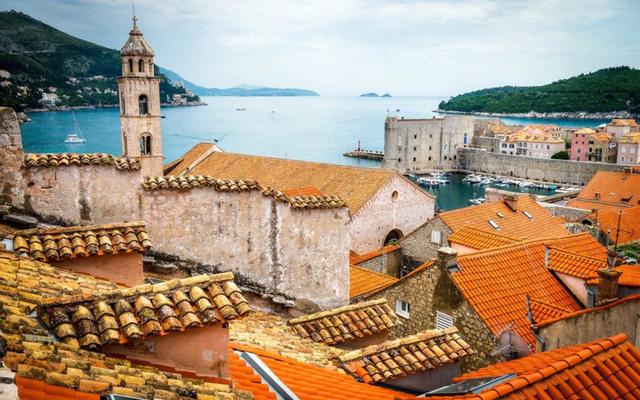 Dubrovnik: Là điểm đến lý tưởng dành cho gia đình vào tháng 6, Dubrovnik lôi cuốn du khách bởi cuộc sống trong mơ tại một thành phố ven biển đẹp tuyệt. các bạn có thể đắm mình ở trên những bãi biển hoang sơ hay dạo bước qua những lâu đài cổ buổi hoàng hôn đầy lãng mạn.