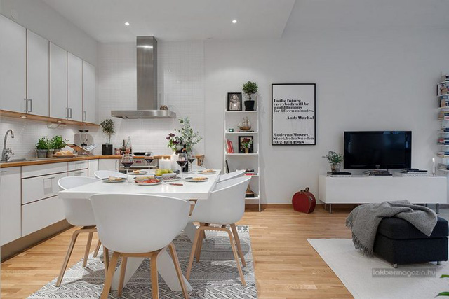 Ngay sát cạnh là khu vực bếp và bàn ăn. Toàn bộ nội khu xe nơi đó được chọn lọc có tông màu trắng giúp không gian phát triển thành thoáng sáng.