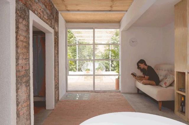 Khu vực sinh hoạt tuy nhỏ nhưng thoáng sáng và rất tiện cho người sử dụng. Sàn nhà được láng xi măng và lát gạch đất nung đơn giảm mà tạo nét ấm cúng cho không gian.