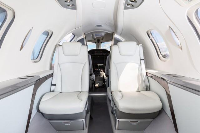 HondaJet có 4 ghế ngồi cho hành khách. Khoang cabin được chế tạo từ sợi carbon cường lực, nhẹ hơn và chắc chắn hơn nhiều so với vật khung nhôm.