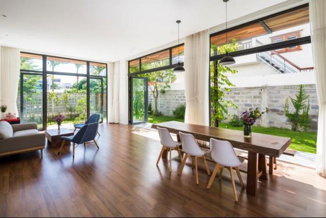 Khu vực bàn ăn được chủ nhà dành riêng một vị trí đẹp nhất, thoáng nhất có thể dễ dàng đón nắng, gió nơi hông nhà.