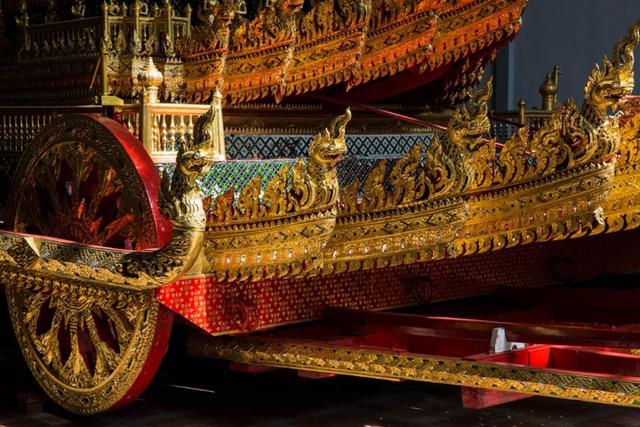 Linh cữu của Quốc vương quá cố sẽ được đặt trên cỗ xe ngựa do 216 người khiêng đến Đài hoá thân.