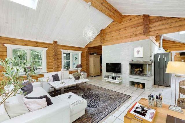 Bên trong ngôi nhà là cả một không gian rộng thoáng và được bày biện vô cùng sang trọng và ấm cúng. Phòng khách tuyệt đẹp nổi bật với bộ salon trắng muốt.