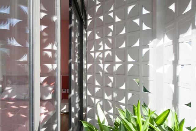 Phòng ngủ nhỏ dành cho bé gái trong gia đình. Góc nghỉ ngơi này được đặt ngay cạnh bức tường gạch hoa thông gió tạo những tia nắng nhảy nhót khắp căn phòng.