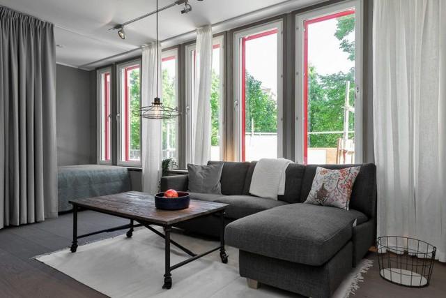 Phòng khách chính là minh chứng cho sự kết hợp hài hòa giữa sắc trắng và xám. Không gian phòng khách luôn được đảm bảo ngập tràn ánh sáng tự nhiên với khung cửa sổ cỡ lớn.