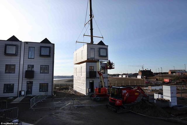 Toàn bộ công đoạn từ những bức tường nhà, sàn nhà, cửa sổ, cửa ra vào cho đến những chi tiết, phụ kiện ánh sáng… đều được hoàn thành trước khi rời nhà máy để xuất đến nơi xây dựng.