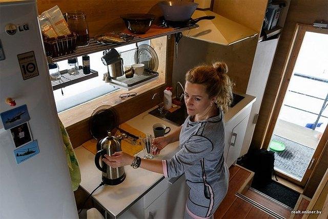 Ngay lối vào là khu vực nấu ăn được trang bị đầy đủ thiết bị phục vụ cho việc làm bếp.