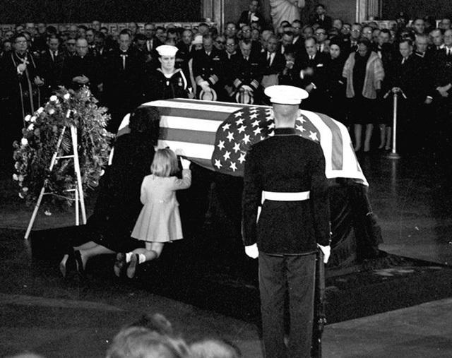"""""""Lòng con đang chảy máu từ bên trong từ sau khi Kennedy bị giết… Nếu con tự tử, liệu Chúa có tiếp tục ngăn cách con và chồng hay không? Điều này thật quá sức chịu đựng"""". Jackie chia sẻ nỗi đau với Linh mục Richard McSorley."""