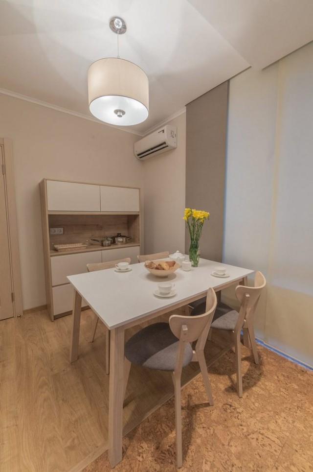 Bộ bàn ăn nhỏ với chân cao giúp góc bếp trở nên thông thoáng hơn.