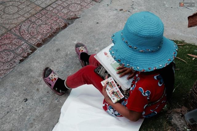Tú nhỏ luôn có mặt từ sớm để ngồi bán vé số và đợi thầy.