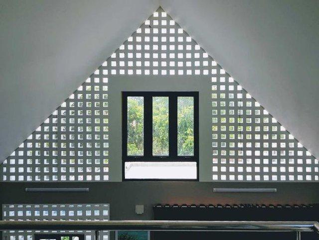 Những khung cửa sổ và các ô gạch thông gió mặt tiền giúp không gian ngôi nhà lúc nào cũng thoáng đãng và nhiều ánh sáng.