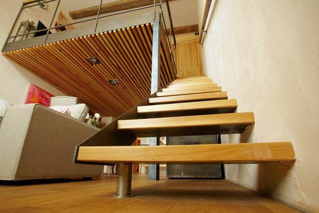 Tận dụng lợi thế trần nhà cao nên một gác xép nhỏ được thiết kế để đưa khu vực nghỉ ngơi riêng tư lên trên.
