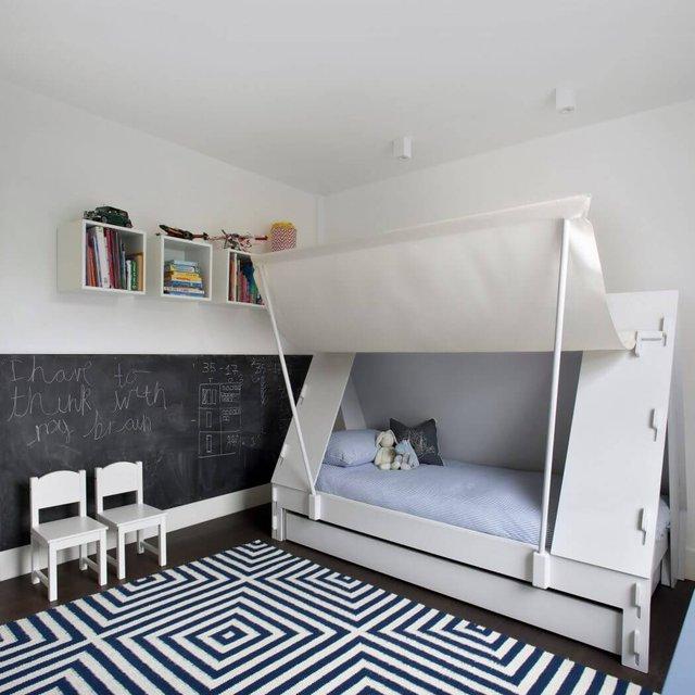 Giường ngủ lấy ý tưởng từ lều cắm trại có hai sắc màu đối lập trắng – xanh dương, có đến nét phóng khoáng, không gian tha hồ, mát mẻ cho chủ nhà.