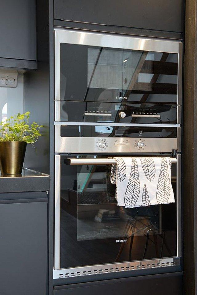Chiếc tủ bếp nhờ được kiến trúc rộng rãi nên toàn bộ mọi thứ nơi bếp ăn từ tủ lạnh, các thiết bị và công cụ nhà bếp được giấu nhẹm, gọn gàng nội khu.