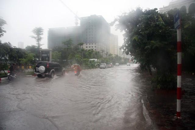 Khắp Hà Nội, nhiều nơi chìm trong biển nước.