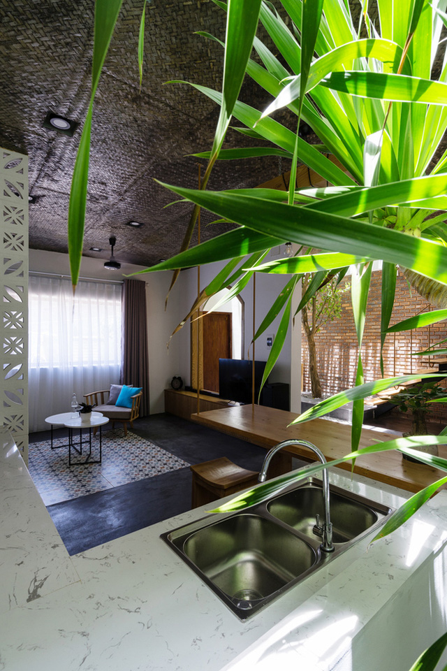 Ngay cạnh phòng khách là khu vực bếp ăn thoáng sạch và mát có cây xanh.